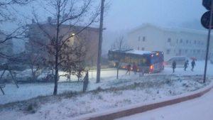 Bus Ataf sbanda sulla neve, ferito l'autista